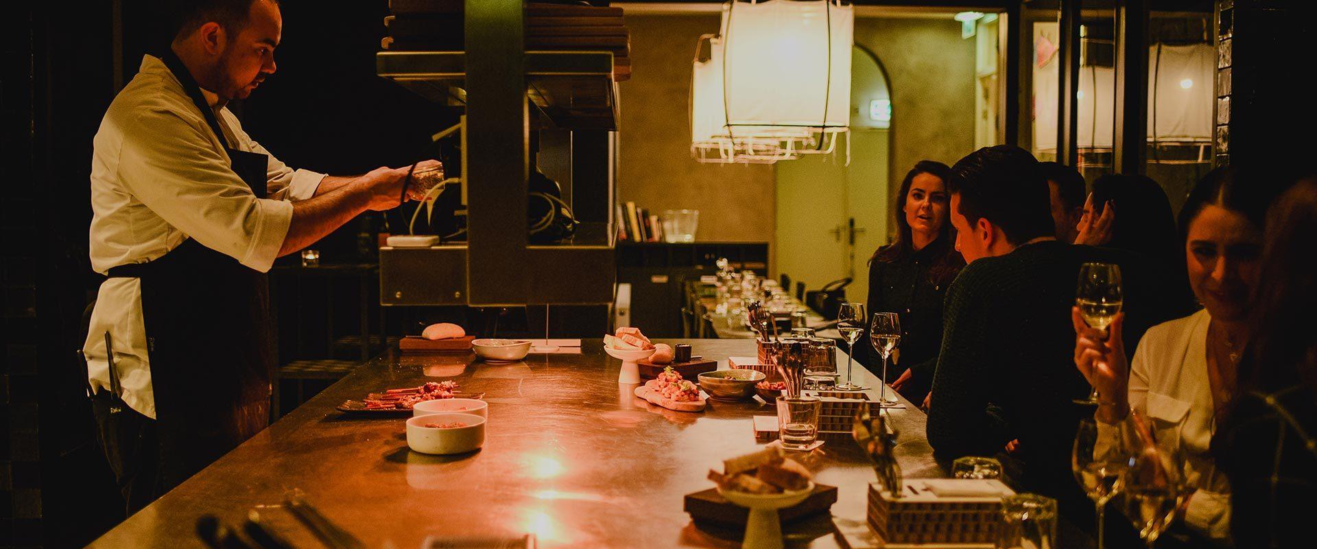 juliette-cosina-mensen-aan-de-bar